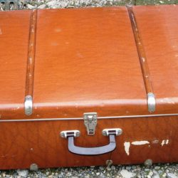 valise grande bakélite posée