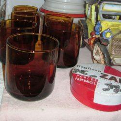 verres bruns étagère