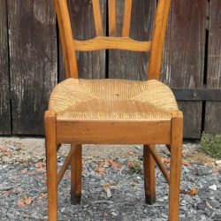 chaise paillée sympa face