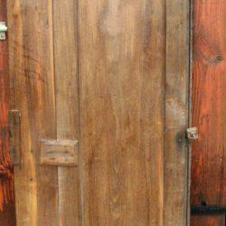 portes d'armoire foncées sans clef verso