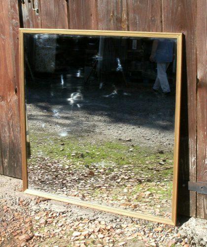 Grand miroir presque carr au cadre dor for Grand miroir carre